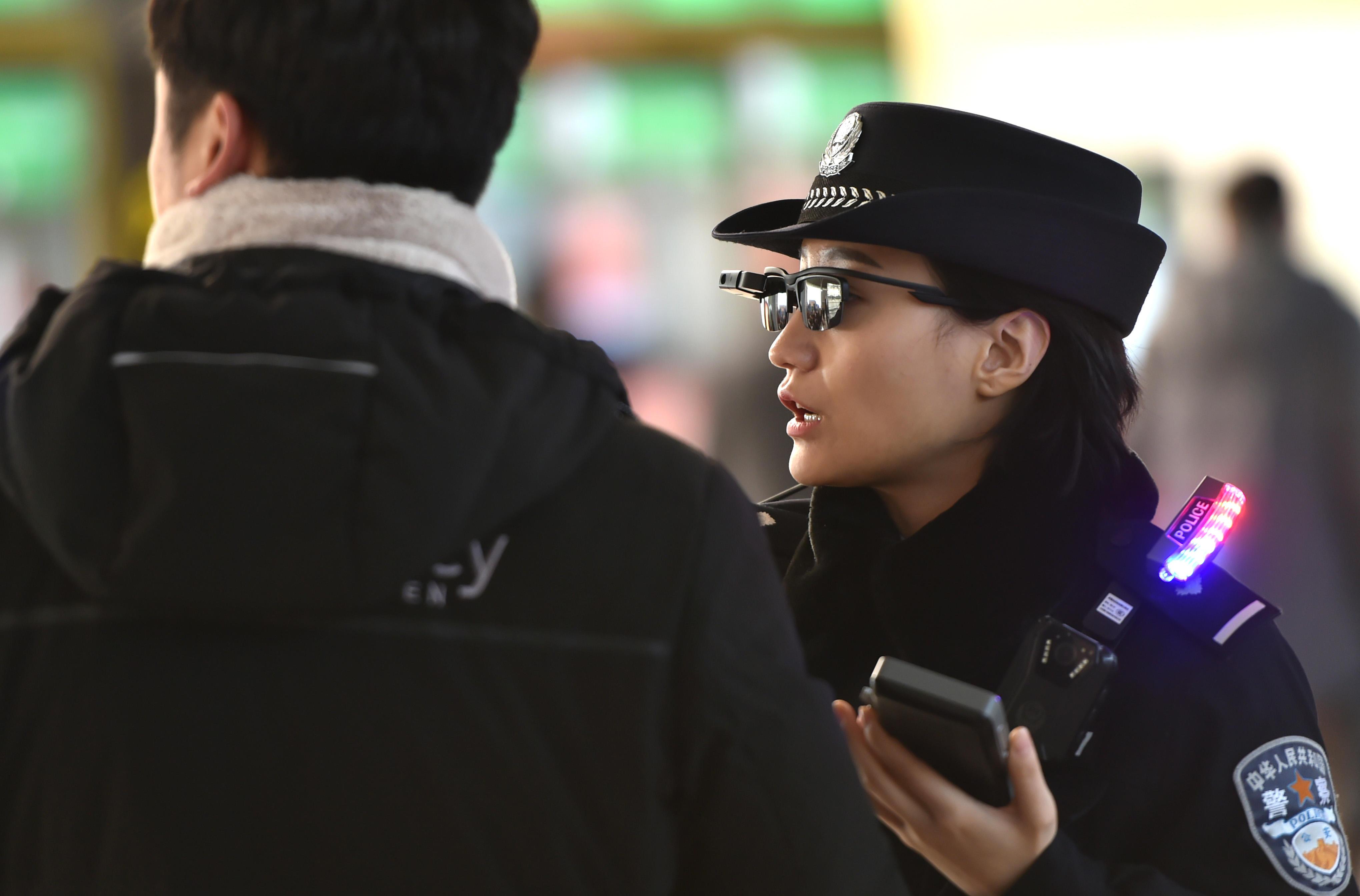 0  4  - الشرطة تستخدم نظارات تتعرف على وجه الأشخاص