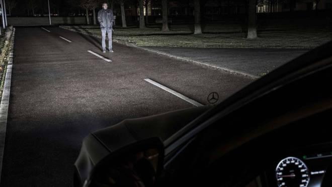 mercedes maybach digital light 1 - الأن مصابيح مرسيدس بإمكانها تجسيد الأشكال على الطريق