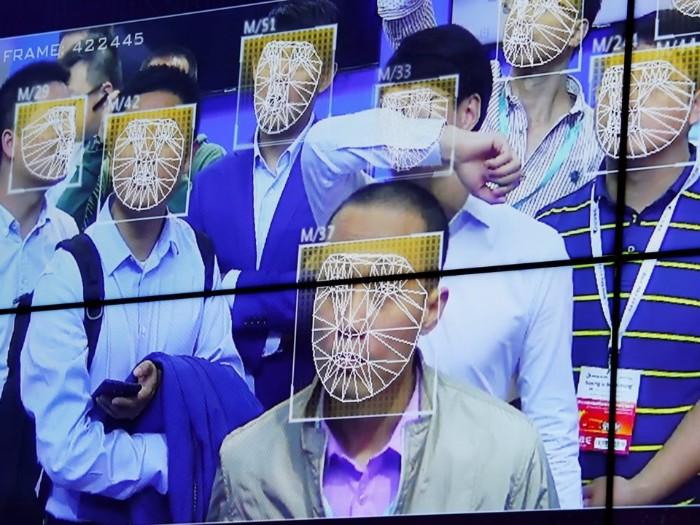 1 13 - باستخدام تقنية للذكاء الاصطناعي تم القبض على مشتبه به بين 60 الف من الحشود