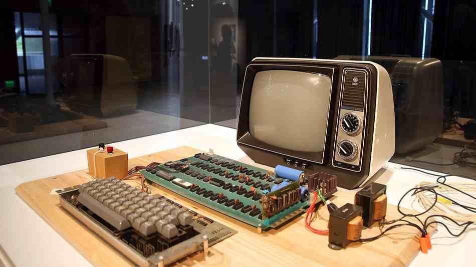 """Apple 1 Computer old - أول جهاز كمبيوتر """"أبل"""" يعرض في مزاد علني في بوسطن بأمريكا، والسعر سيدهشك"""
