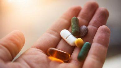 an19 pills in hand 1296x728 header 390x220 - تسريب جديد يكشف أن جالكسي S10 بلس المنتظر سيأتي بثقب على شكل حبة دواء