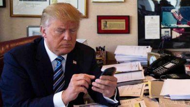 trump iphone 390x220 - ترامب يستعد لتوقيع أمر رئاسي يمنع الشركات الأمريكية من استخدام أجهزة الشركات الصينية