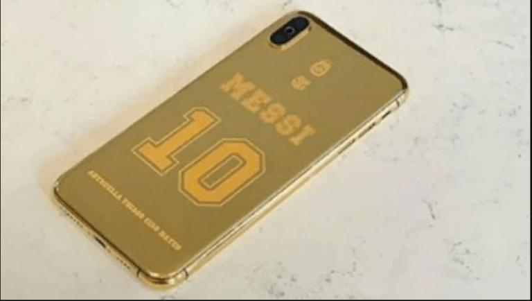 Messi gold cover - ميسي يحصل على هاتف آيفون XS ماكس مصنوع من الذهب الخالص هو ولاعب آخر